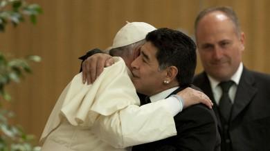 Roma, Partita per la Pace   foto     video 1 -     2           Video  Il Pontefice abbraccia Maradona