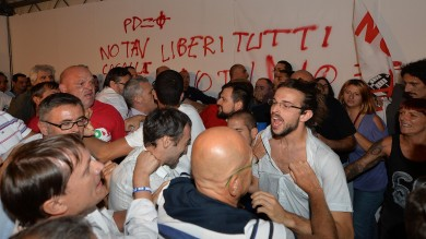 Genova, alla festa dell'Unità   foto   /   video       spintoni e urla tra No Tav e militanti Pd