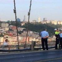 Istanbul, il selfie del poliziotto davanti al suicida