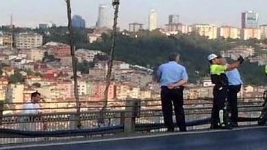 Istanbul, il poliziotto si fa un selfie    foto    davanti all'uomo che sta per uccidersi