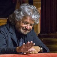 """Mille giorni, M5s all'attacco. Grillo: """"Tassa dopo tassa Renzi affonda l'Italia"""""""