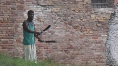 Jesi, le  foto  del terrore: arrestato uomo che ha minacciato passanti col machete