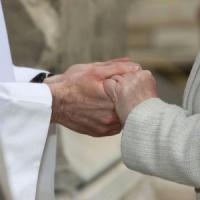 """La Chiesa ai sacerdoti: """"Il segno della pace non è uno show"""""""