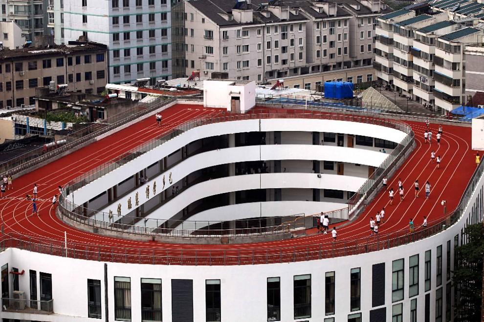 Cina, manca lo spazio: la pista di atletica è sul tetto