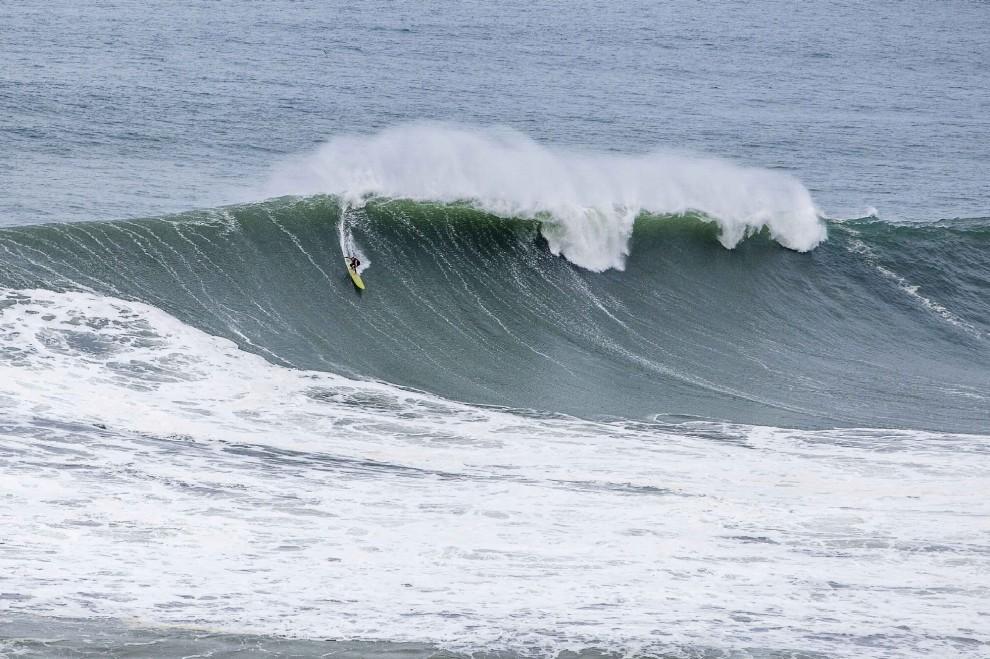 Portogallo, onde alte trenta metri: la sfida dei surfisti
