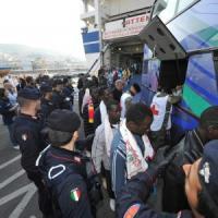 """Emergenza sbarchi, il mondo dei ricercatori a Grillo: """"Su tubercolosi parole fuorvianti"""""""