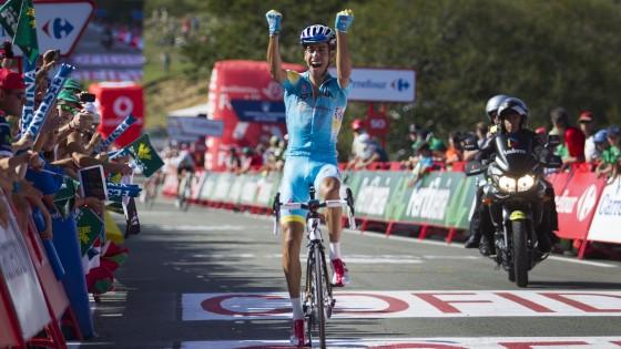 Vuelta, Aru si scatena in montagna. Quintana cade e si ritira, Contador tiene la rossa