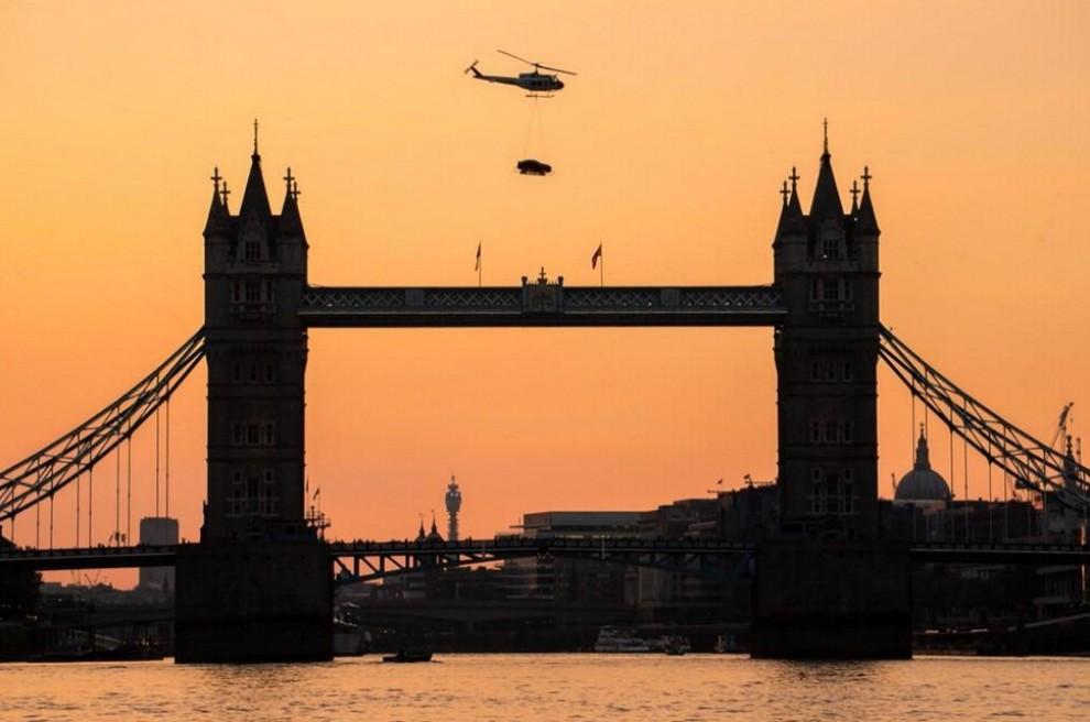Londra, la Jaguar vola su Tower Bridge