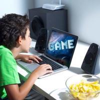 Miopia nei ragazzi, come prevenirla: giochi all'aperto e meno videogame