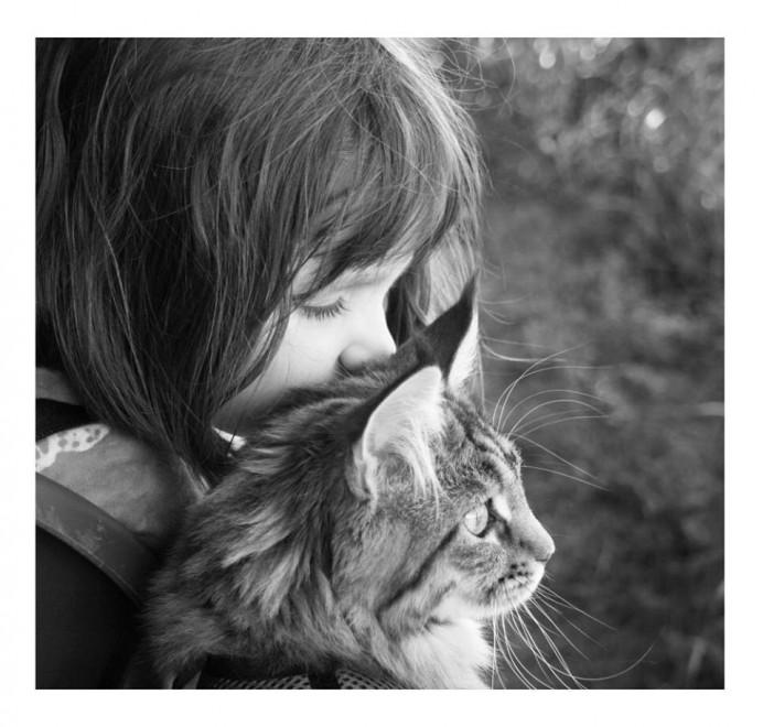 Iris e il gatto Thula: amicizia oltre l'autismo