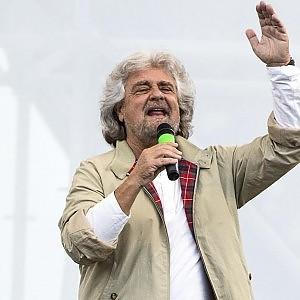 """Grillo ora fa allarmismo su Ebola: """"Rischio in Europa"""". Ma usa foto cadavere di 40 anni fa"""