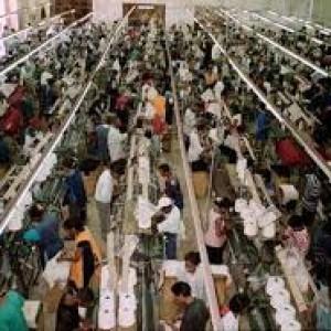 I lavoratori tessili in Pakistan e Bangladesh morti di lavoro a migliaia per i profitti delle aziende occidentali