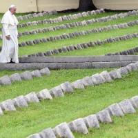 """Papa Francesco tra i caduti della Grande Guerra. """"Una follia, anche dei nostri giorni"""""""