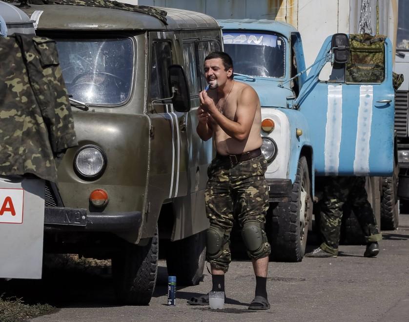 Ucraina, le vite 'normali' dei soldati in attesa