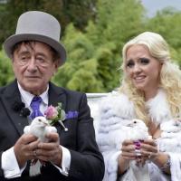 L'imprenditore (81 anni) e l'infermiera (24): nozze kitsch da favola