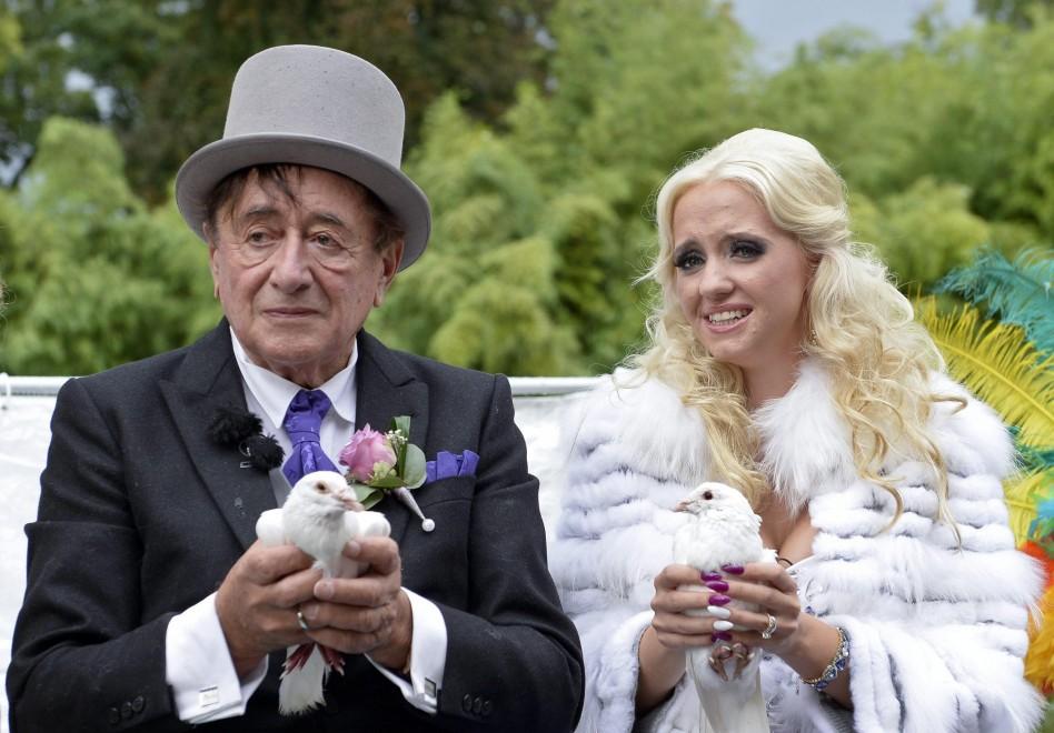 красивая фигуристая женщина замужем за пожилым джентльменом но ей голубоглазая вдова