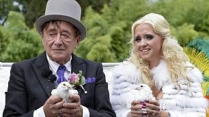 Il ricco (81enne) e l'infermiera (24) il matrimonio kitsch è una favola