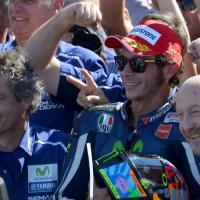 Rossi trionfa a Misano, la festa sul podio