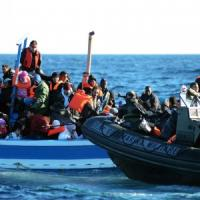 """Affonda barcone a largo della Libia, 250 a bordo. """"Ne abbiamo salvati 36"""""""