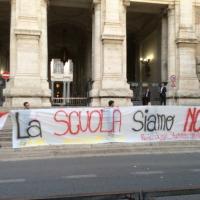 """Blitz della Rete studenti al Ministero: """"La scuola siamo noi"""""""