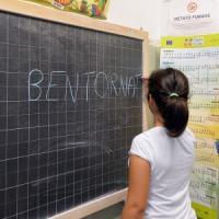 """Il governo sui banchi di scuola. Renzi: """"E' un obbligo assumere 149mila persone"""""""