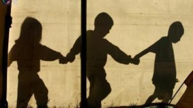 Raddoppiano i bambini poveri in Italia così la crisi economica cancella l'infanzia