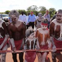Australia, una settimana in tenda tra gli aborigeni per il premier Abbott
