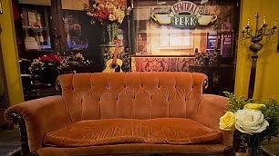 """Sedetevi sul divano di """"Friends"""" per i 20 anni apre il Central Perk    Dieci stagioni    -    Ora e allora"""