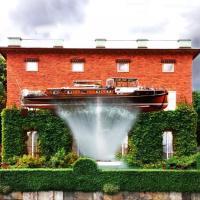 """La piscina è fuori moda: in Svezia c'è """"la barca del vicino"""""""