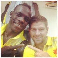 Primo gol con la maglia dei Reds, Balo posta la foto con Gerrard