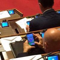 """Lega denuncia su Fb: """"Grillino in aula gioca al cellulare"""""""