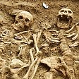 Gli scheletri ritrovati 700 anni mano nella mano