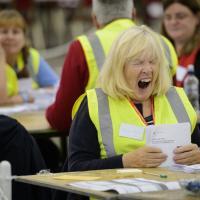 Fatiche da referendum, lo sbadiglio della scrutatrice