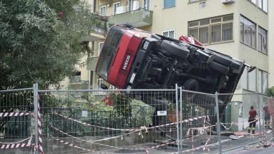 Roma, si ribalta una gru durante i lavori feriti due operai coinvolti nell'incidente