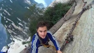 A spasso sul precipizio L'arrampicatore sorride