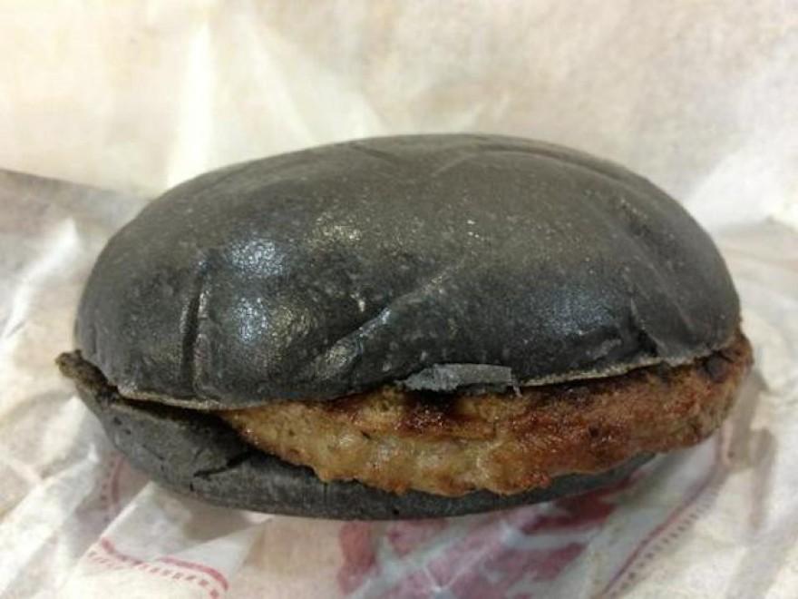 Giappone, dal marketing alla realtà: l'hamburger nero è un flop