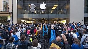 """In coda, da Tokyo a Londra    Video:  l'iPhone cade in diretta    Video /2 : """"Per mia moglie """""""