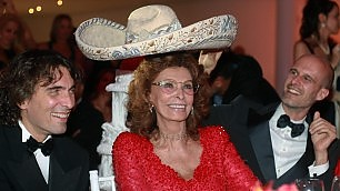 Loren, una giornata particolare festa per gli 80 anni in Messico    vd      video : auguri, canta la Pausini