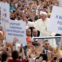 """Papa in Albania: """"Esempio di pacifica convivenza tra religioni"""". La fotocronaca"""