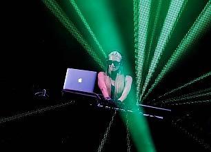 Paris Hilton dj, il fascino discreto della filantropia