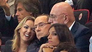 """Silvio e Francesca allo stadio Ma la Pascale """"si smarca""""  video     Foto  Giallo a """"tempo """" in tribuna"""