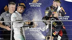 Singapore, Hamilton  vince e torna leader