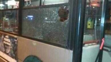 Roma, nuovo assalto a un autobus   foto   immigrati lanciano pietre contro i vetri
