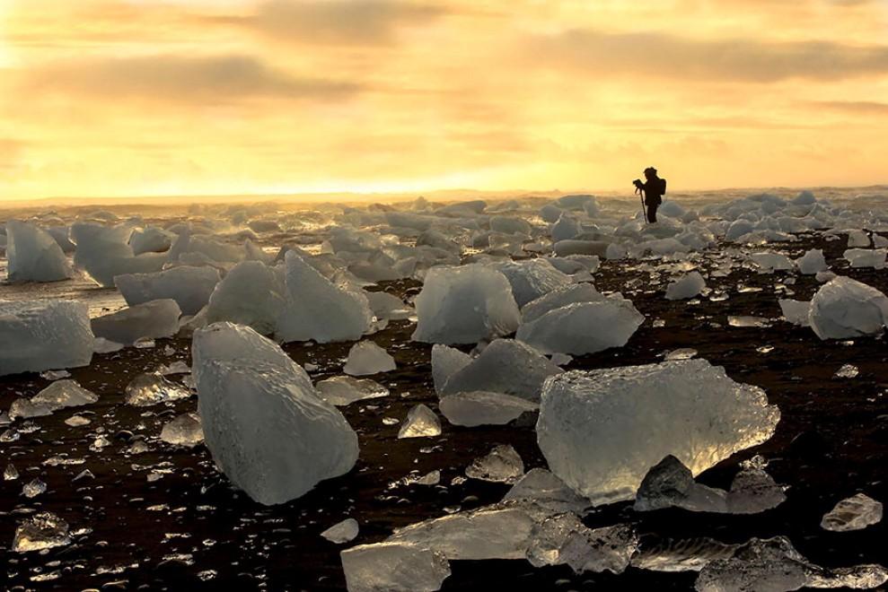 Sabbia nera e granelli di cristallo: le spiagge più strane del mondo