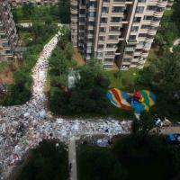 "Cina, la città ""sorge"" tra i rifiuti"