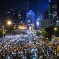 La lunga notte di Hong Kong: la protesta tra luci e lacrimogeni