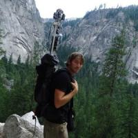 Navigare per i sentieri del mondo con zaino e telecamera in spalla