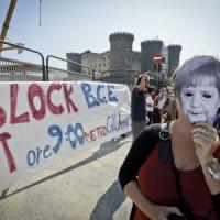 """Vertice Bce a Napoli, movimenti e associazioni in piazza con lo slogan """"Jatevenne"""""""