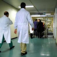 Due anni per un intervento e ticket troppo cari, italiani in fuga dalla sanità pubblica