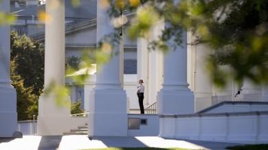 """Armato,  in ascensore insieme a Obama    E per l'intruso alla Casa Bianca sicurezza sotto accusa: """"Non accadrà mai più"""""""